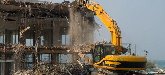 Cine poate solicita în instanță desființarea construcțiilor edificate fără autorizație de construire?